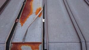 取替える溝板両サイドのキャップを撤去